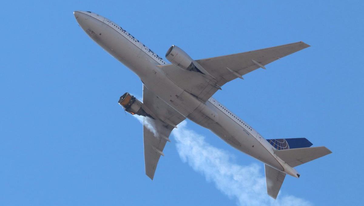 طائرة تابعة لشركة يونايتد إيرلاينز تهبط بسلام في دنفر رغم انفجار أحد محركاتها