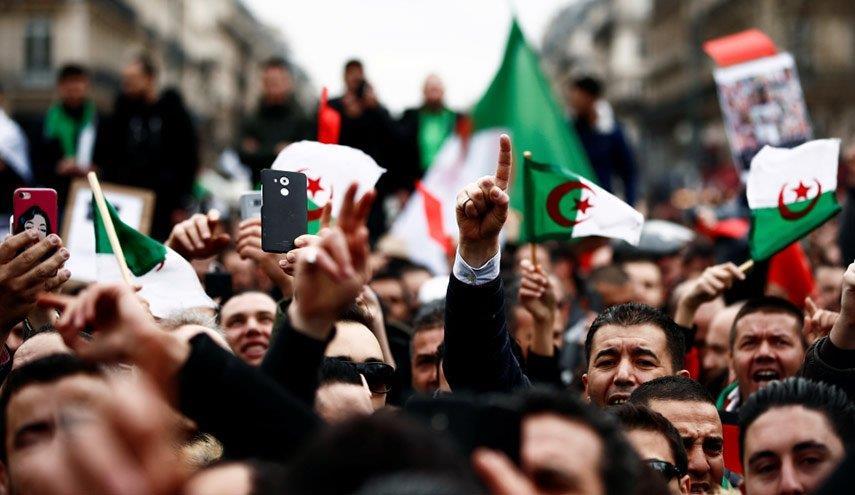 الجزائر .. حزب معارض يشجب بقوة قمع الحراك
