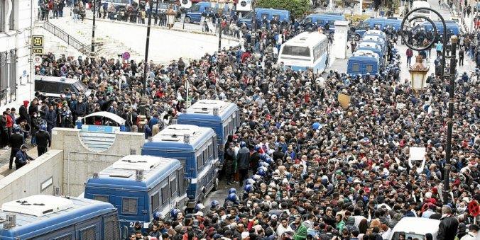 في الذكرى الثانية للحراك الجزائري.. موجة اعتقالات واسعة في صفوف المتظاهرين
