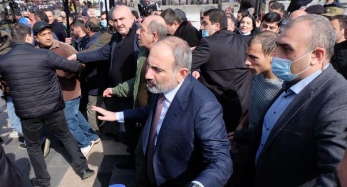 رئيس وزراء أرمينيا يندد بمحاولة انقلاب والمعارضة تطالبه بالرحيل