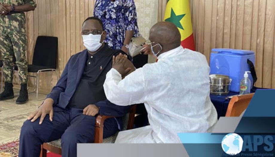 Covid-19: le président sénégalais reçoit sa première dose du vaccin