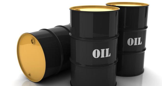 أسعار النفط تتراجع بأكثر من 1 في المئة لكنها تتجه لتسجيل مكاسب أسبوعية