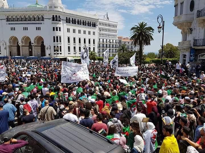 Hirak: des milliers d'Algériens dans les rues pour réclamer le départ du régime