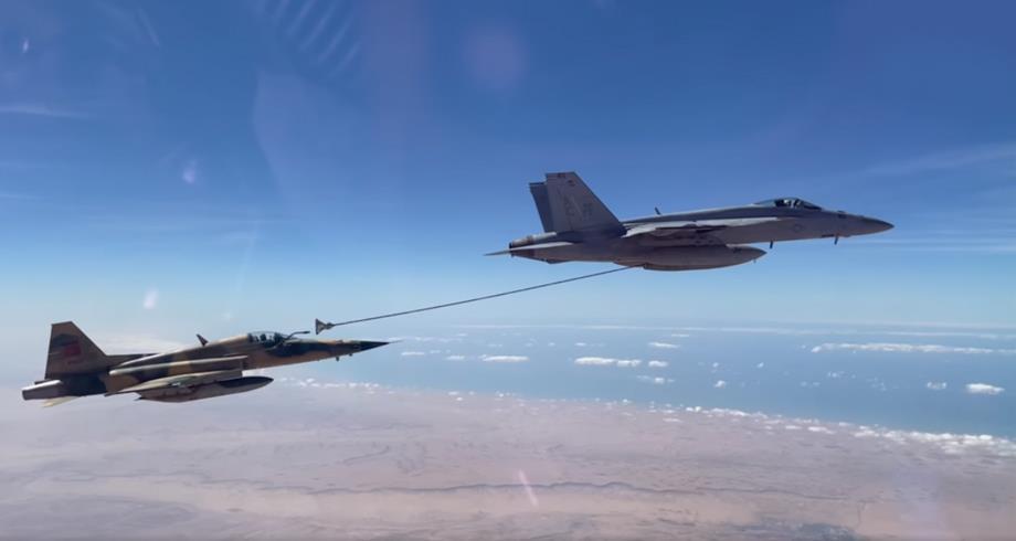 """فيديو من تدريبات """"مصافحة البرق"""" .. طائرة أمريكية تزود طائرة مغربية بالوقود"""