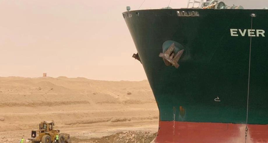 السفينة الجانحة بقناة السويس .. اعتذار الشركة المالكة ومطالبات بالتعويض