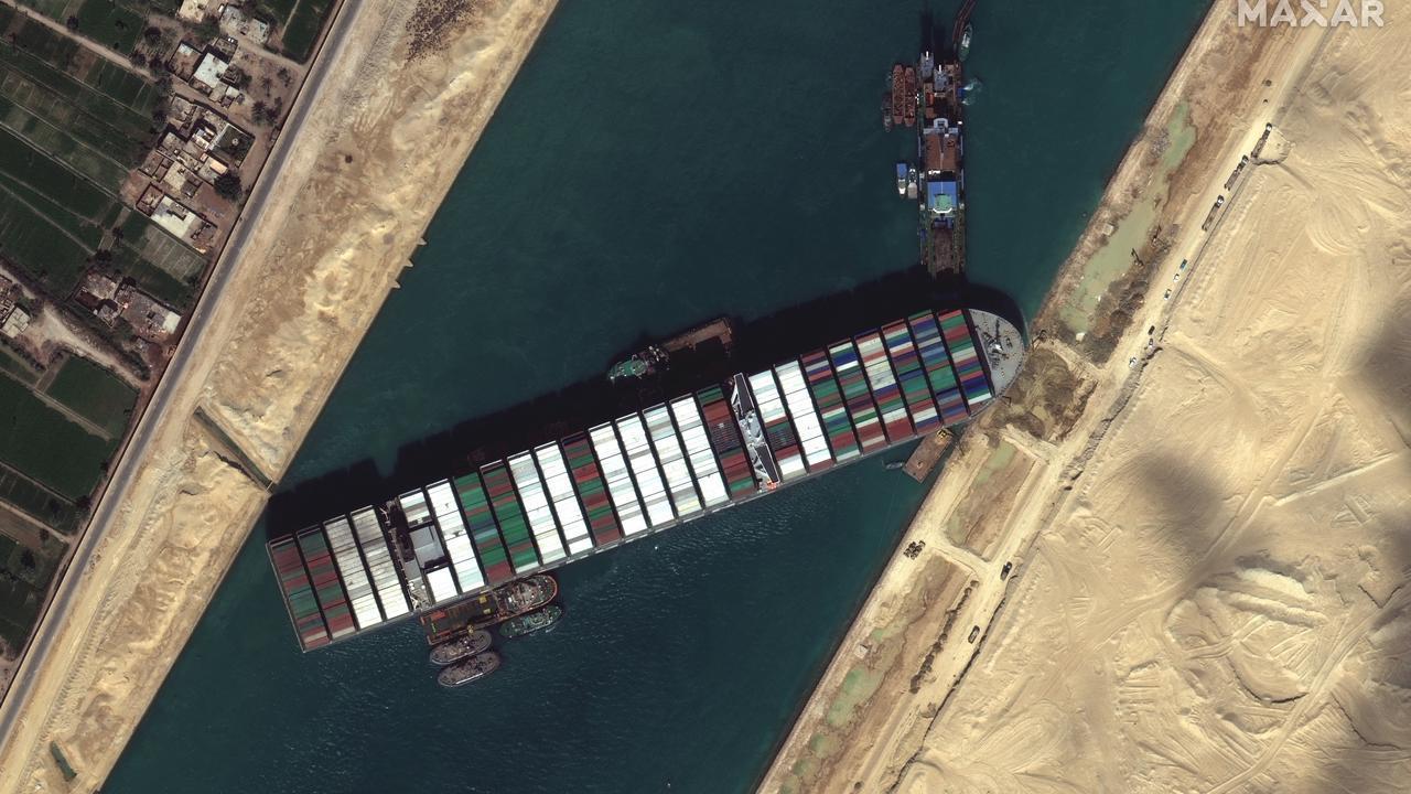 تداعيات على حركة الملاحة البحرية بعد جنوح سفينة ضخمة بقناة السويس