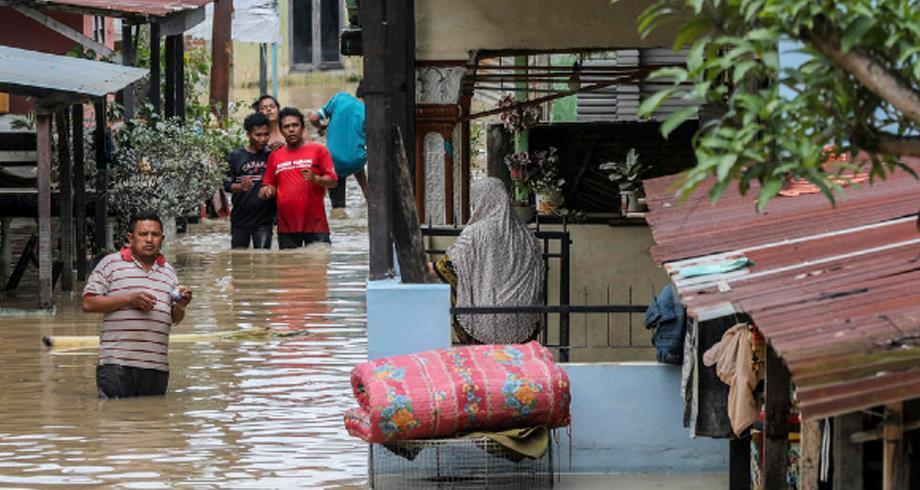مصرع 44 شخصا جراء فيضانات في إندونيسيا