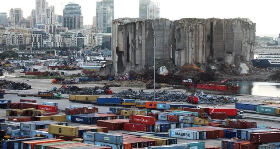صوامع الحبوب المدمرة في مرفأ بيروت آيلة للسقوط