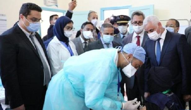طانطان ..وزير الصحةيتفقد مركزا للتلقيح ضد كورونا