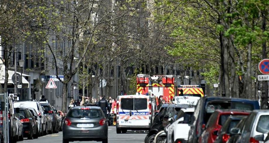Un mort et une blessée grave par balles devant un hôpital à Paris, le tireur en fuite