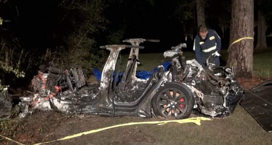 """""""تيسلا"""" في مواجهة النيران بعد حادث قاتل لسيارة بدون سائق"""
