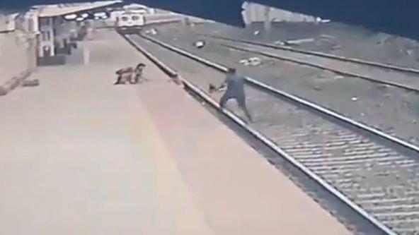 قبل ثوان من وصول القطار...موظف ينقذ طفلا من الموت دهسا على السكة الحديدية