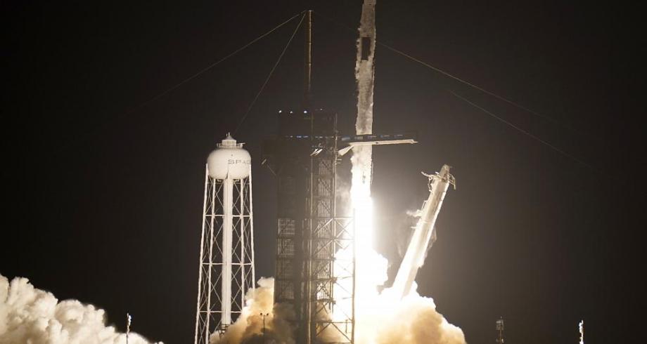"""إقلاع مركبة """"سبايس إكس"""" إلى محطة الفضاء الدولية محملة بأربعة رواد فضاء"""