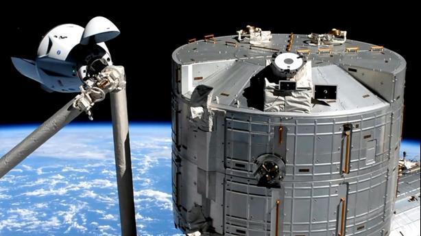 """الكبسولة """"كرو دراغون"""" التابعة لـ""""سبايس إكس"""" بدأت الالتحام بمحطة الفضاء الدولية"""