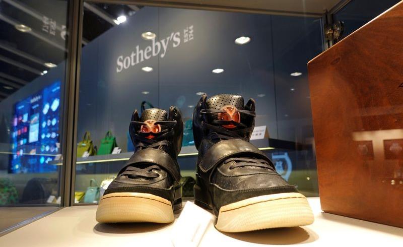 حذاء رياضي انتعله كانييه ويست يباع ب1,8 مليون دولار