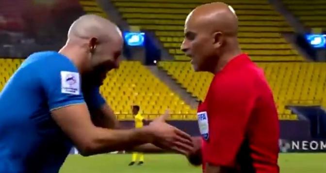 فيديو.. لقطة طريفة لأمرابط وحكم مباراة النصر بدوري أبطال آسيا