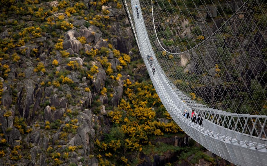 البرتغال تدشن أطول جسر مشاة معلق في العالم