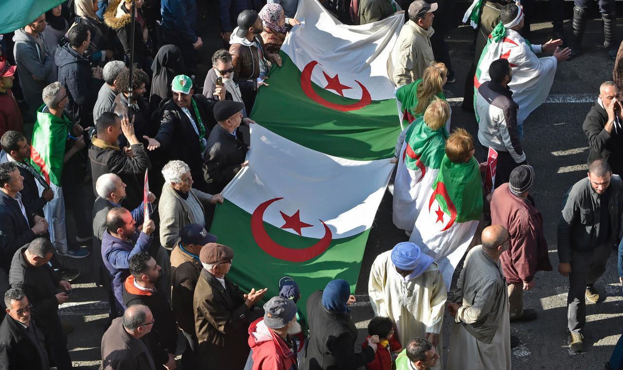 آلاف الجزائريين يتظاهرون ضد موجة القمع التي تجتاح البلاد