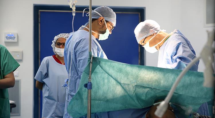 جرسيف: إجراء أول عملية جراحية دقيقة للاستبدال الكلي لمفصل الورك