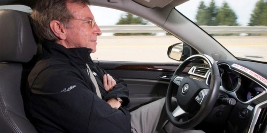 """تقرير يستبعد أن تتسبب تقنية القيادة الآلية في حوادث سيارة """"تيسلا"""""""