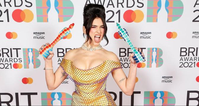 """المغنية دوا ليبا نجمة جوائز """"بريت"""" لسنة 2021"""