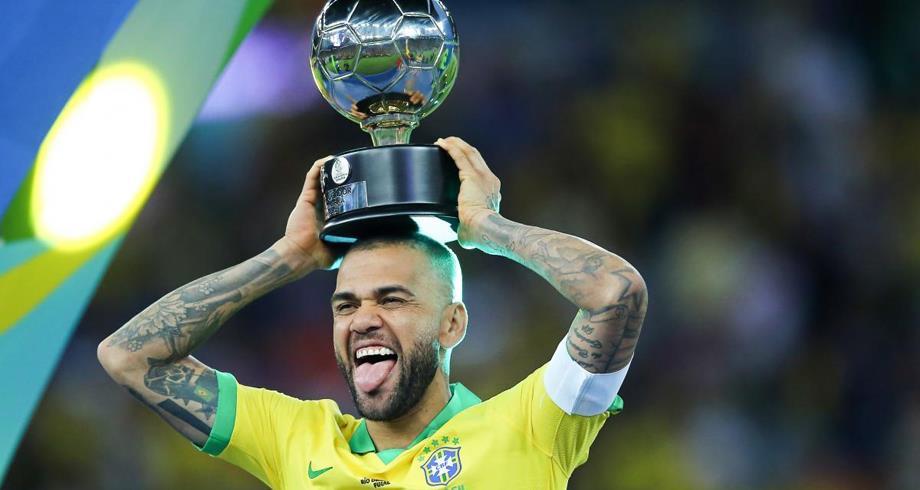 ألفيس يعزز صفوف منتخب البرازيل في تصفيات المونديال