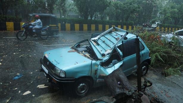 إعصار مدمر يضرب الهند المنهكة من جراء كورونا