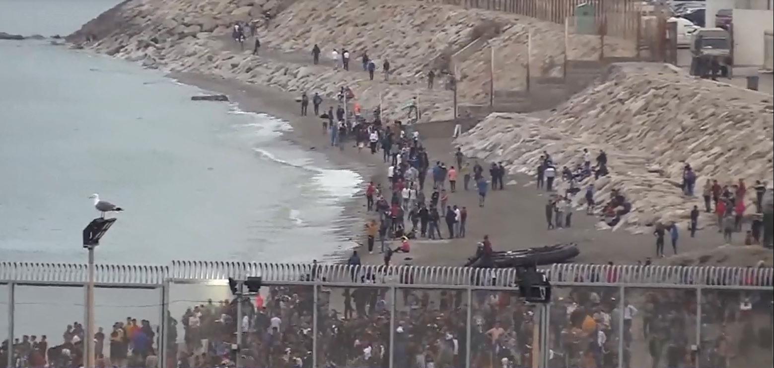 عبور مهاجرين غير قانونيين إلى سبتة المحتلة..الداخلية الإسبانية تعلن ترحيل الآلاف