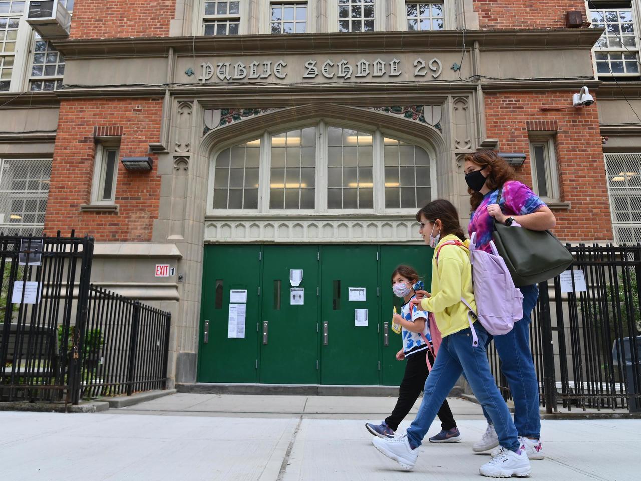 عودة مدارس نيويورك بالكامل إلى التعليم الحضوري خلال الخريف المقبل
