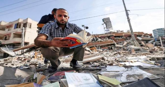 مكتبة سمير منصور..أعرق مكتبات غزة تتحول إلى ركام