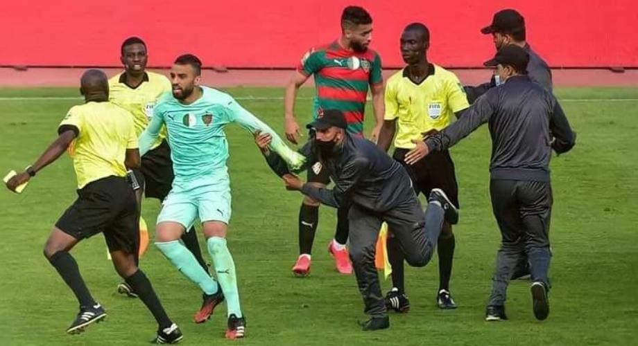 """""""الكاف"""" يعاقب مولودية الجزائر  بسبب الاعتداء على حكم مباراته مع الوداد"""