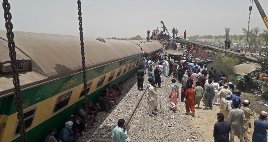 30 قتيلا على الأقل في حادث قطار في باكستان