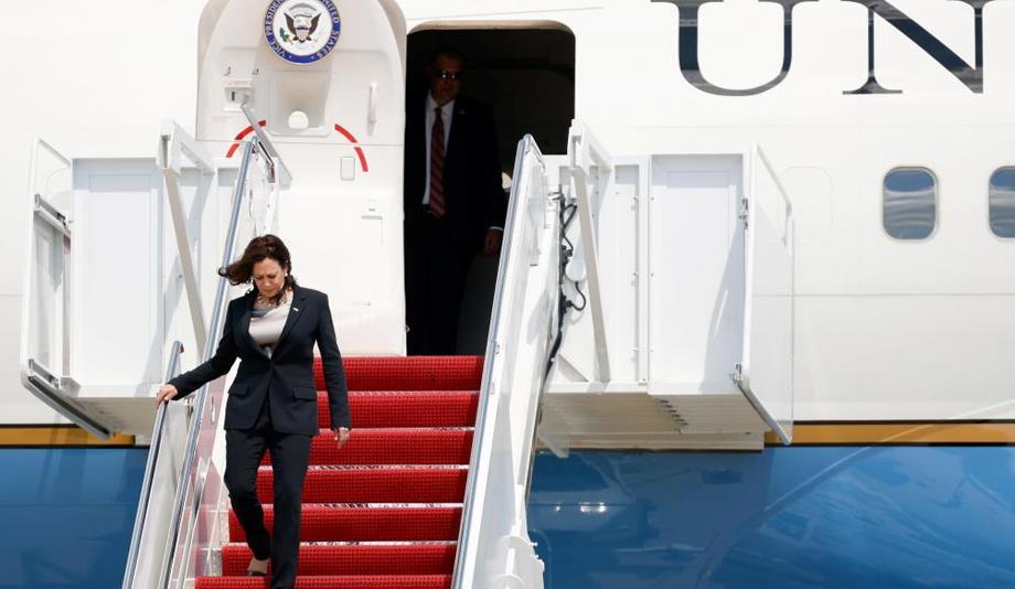 طائرة تقل كامالا هاريس نائبة الرئيس الأمريكي تضطر للهبوط بسبب عطل تقني