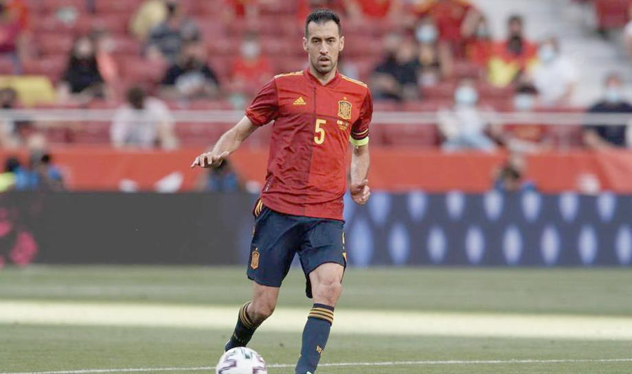 بوسكتس يغادر معسكر منتخب إسبانيا لإصابته بكورونا