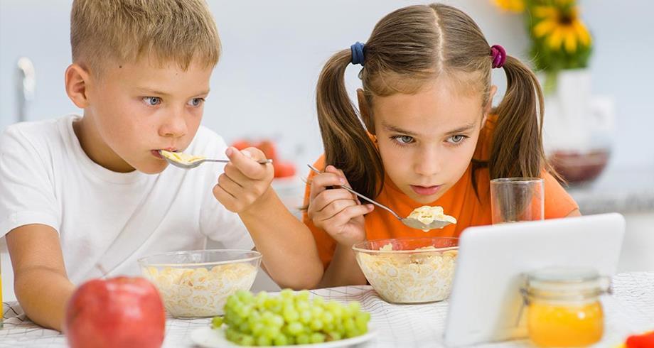 دراسة : مشاهدة التلفزيون أثناء تناول الطعام تؤثر سلبا على القدرات اللغوية للأطفال