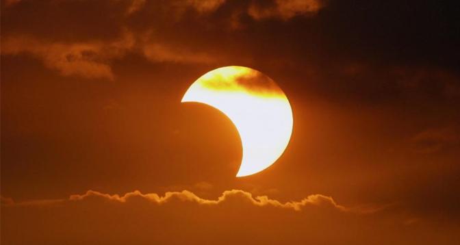 كسوف جزئي للشمس في نصف الكرة الأرضية الشمالي
