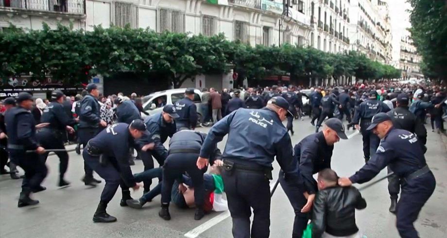 من بينهم كريم طابو .. إيقاف العديد من نشطاء الحراك بالجزائر