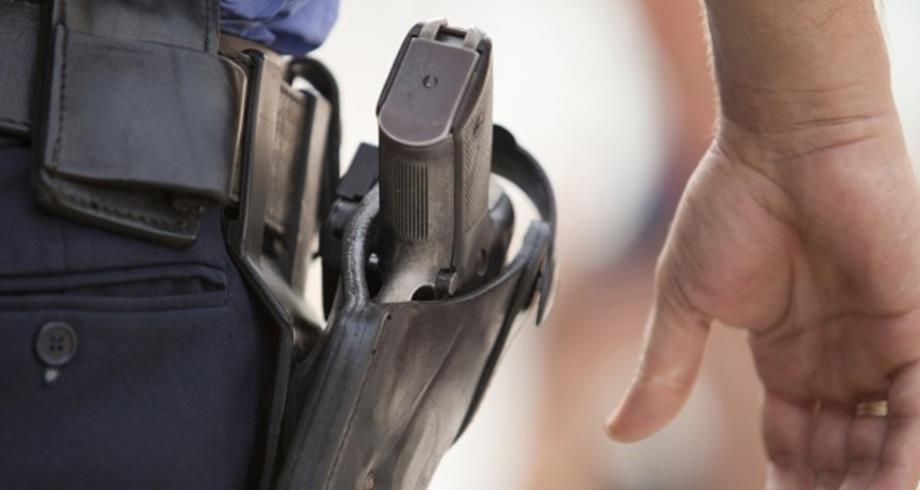 مفتش شرطة يشهر سلاحه الوظيفي في تدخل أمني بسلا