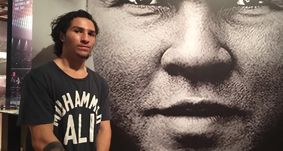 حفيد الاسطورة محمد علي كلاي يوقع عقدا لاحتراف الملاكمة