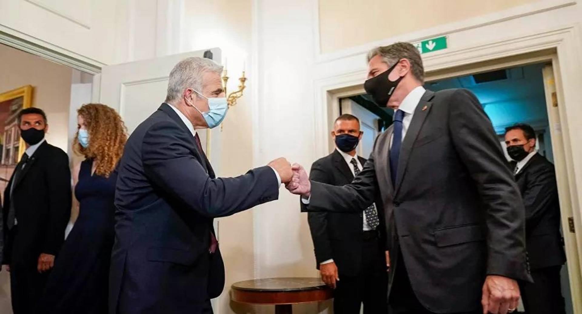 يائير لابيد يلتقي بلينكن في روما وينقل له تحفظه الشديد على المفاوضات الجارية مع إيران
