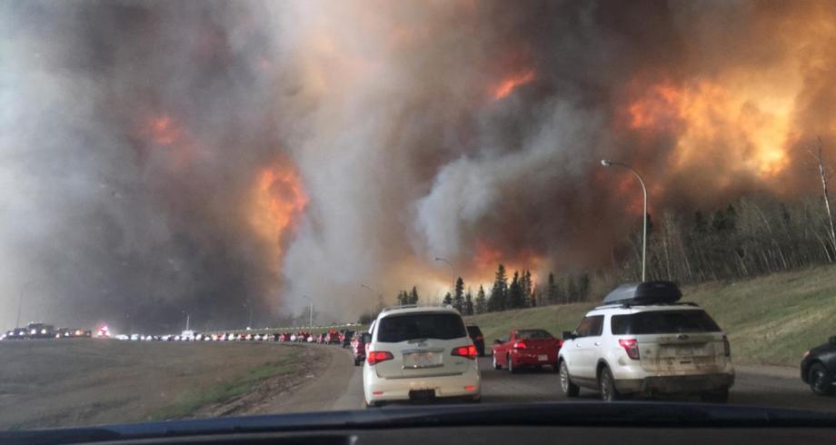 إجلاء مئات السكان من منازلهم في غرب كندا بسبب الحرائق وموجة الحر