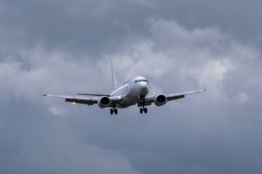 USA: un Boeing 737 cargo se pose d'urgence au large de Honolulu