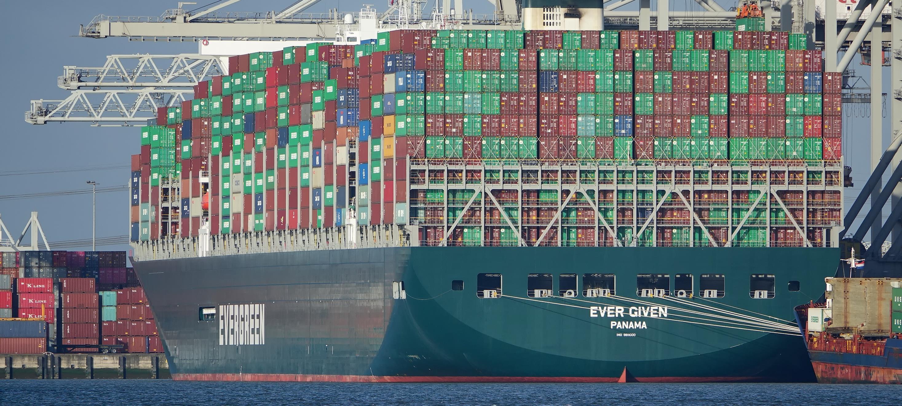 """مصر تفرج عن سفينة الحاويات المحتجزة بقناة السويس """"إيفر غيفن"""""""