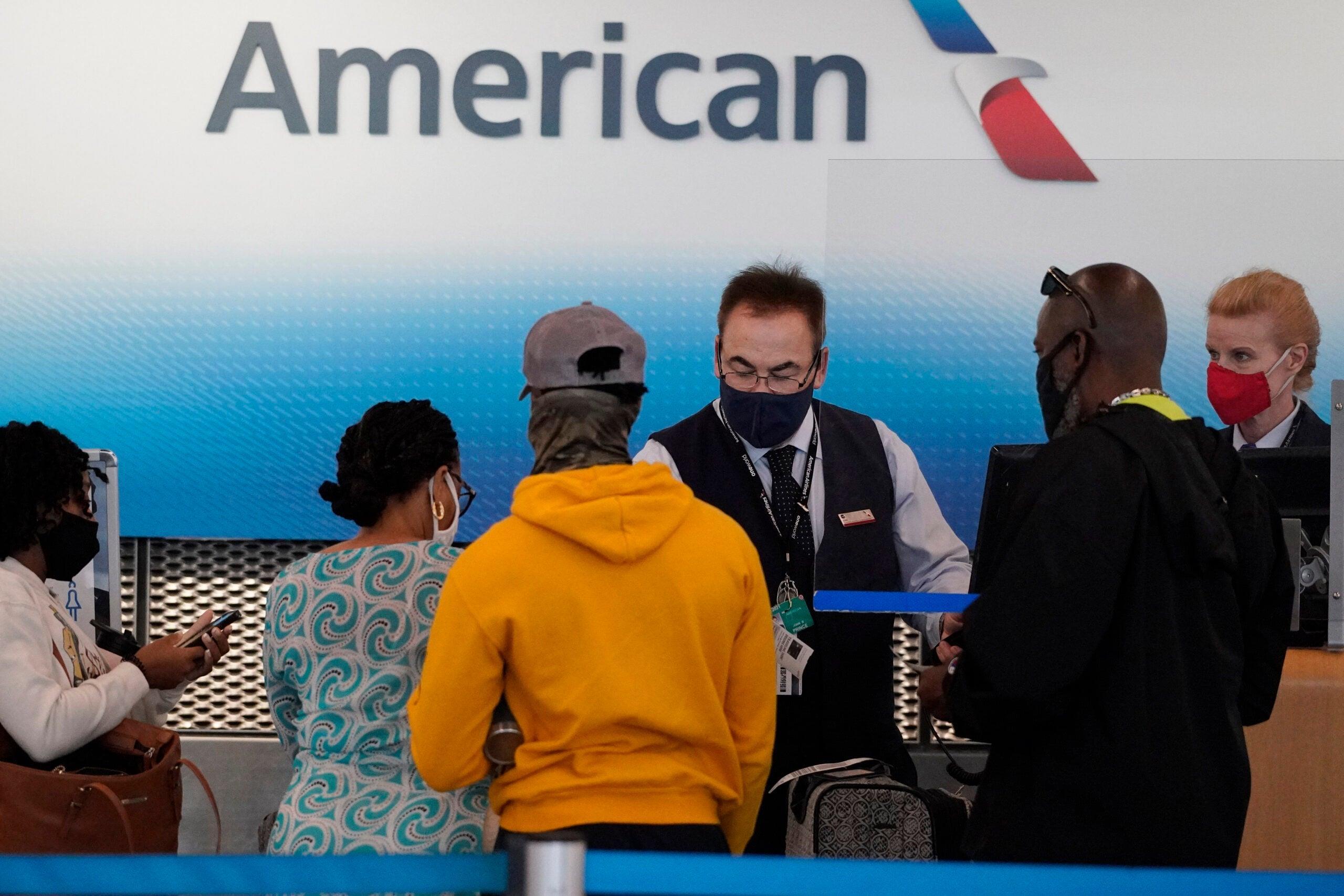 """تأخر إقلاع رحلة لشركة """"أميريكن إيرلاينز"""" بسبب رفض شبان وضع الكمامات"""