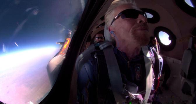 """""""فيرجن غالاكتيك"""".. الملياردير ريتشارد برانسون يعود إلى الأرض بعدما حلق في الفضاء"""