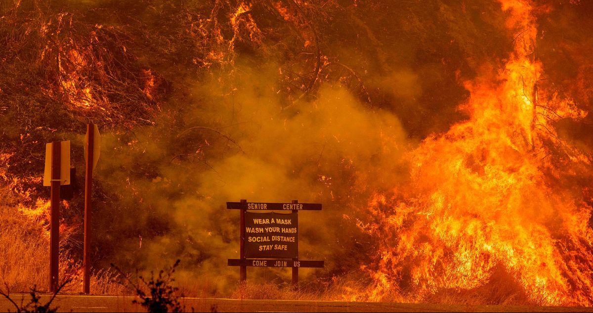 عناصر الإطفاء يكافحون لاحتواء الحرائق في غرب الولايات المتحدة وكندا