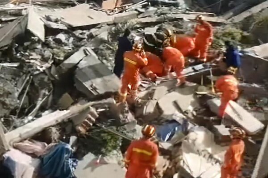 قتيل و10 مفقودين في انهيار فندق بشرق الصين