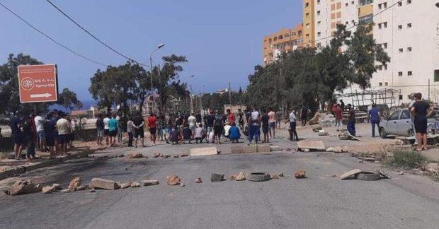 الجزائر.. إغلاق عدة طرق بالعاصمة احتجاجا على التذبذب في توزيع الماء الصالح للشرب