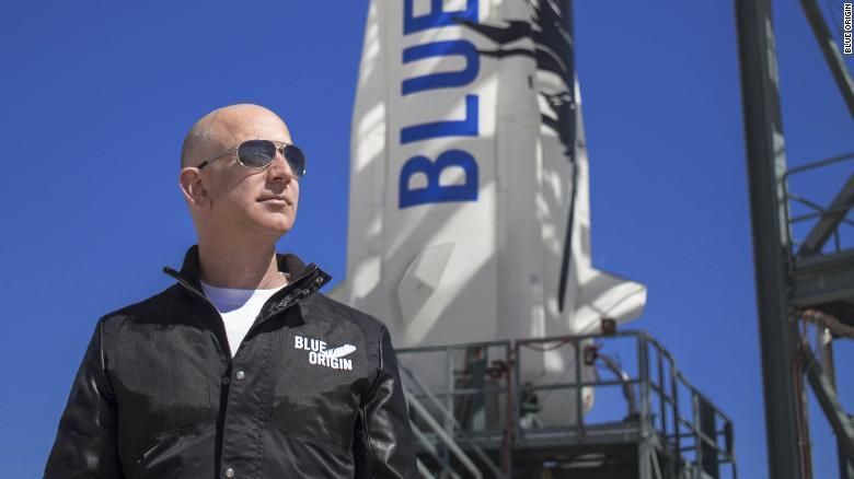 الملياردير جيف بيزوس يحلّق على متن صاروخه إلى الفضاء