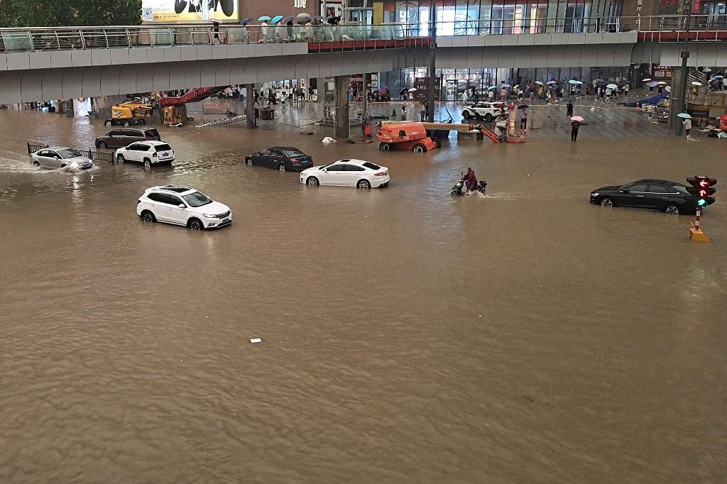 مصرع ما لا يقل عن 12 شخصا وإجلاء 100 ألف آخرين جراء فيضانات اجتاحت مدينة تشنغتشو الصينية